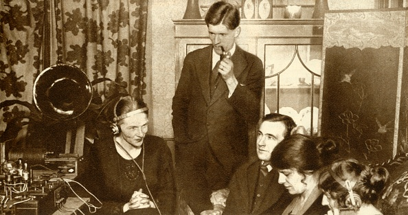 Wireless Technology「A Family Listening To The Results Of The General Election Of 1923」:写真・画像(4)[壁紙.com]