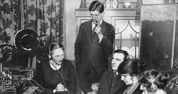 Wireless Technology「Family listening to the results of the 1923 election over the wireless」:写真・画像(8)[壁紙.com]