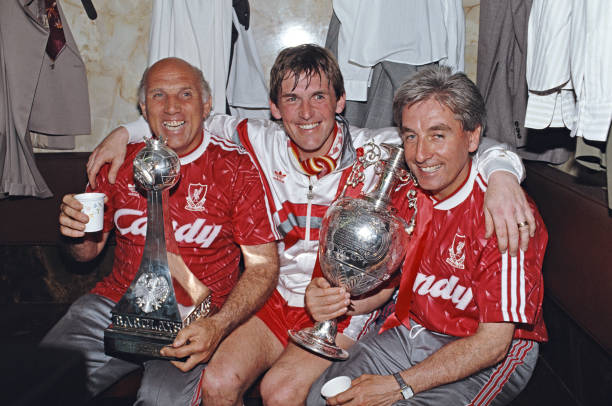 Liverpool Player Manager Kenny Dalglish Ronnie Moran and Roy Evans Celebrate 1990 Division One Championship:ニュース(壁紙.com)