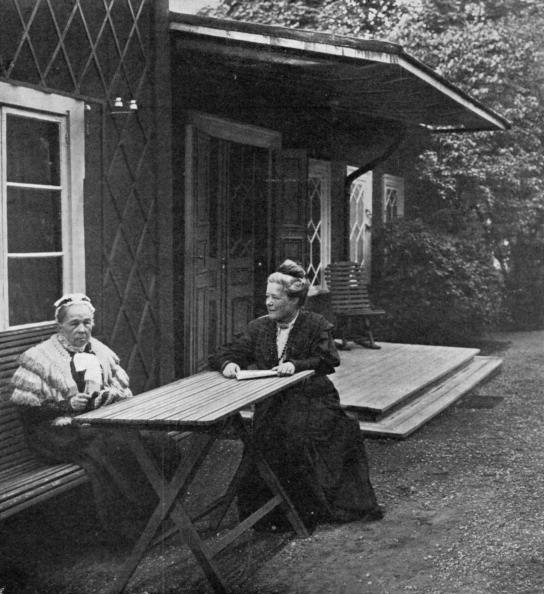 Picnic Table「Swedish author Selma Lagerlöf and her mother, Louise, 1909.」:写真・画像(14)[壁紙.com]