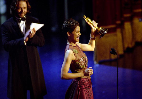 Oscar Statuette「Oscar Winner Halle Berry Winner Accepts The Best Actress Academy Award For Her Performan...」:写真・画像(14)[壁紙.com]