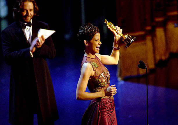 Oscar Winner Halle Berry Winner Accepts The Best Actress Academy Award For Her Performan...:ニュース(壁紙.com)