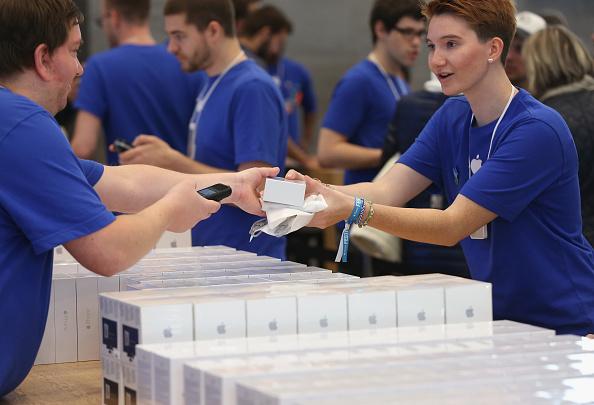 アップルストア「Apple Starts iPhone 6 Sales In Germany」:写真・画像(4)[壁紙.com]