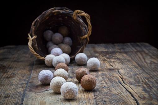 Chocolate Truffle「Different sorts of truffles on wood」:スマホ壁紙(18)