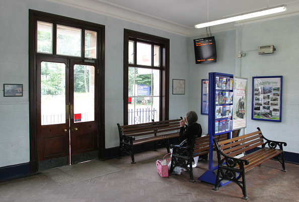 Waiting「Booking hall with waiting area at Dorridge station」:写真・画像(13)[壁紙.com]