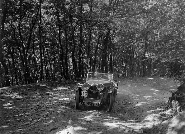 Country Road「MG J2 competing in the B&HMC Brighton-Beer Trial, Fingle Bridge Hill, Devon, 1934」:写真・画像(11)[壁紙.com]