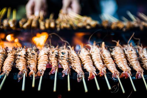 Night Market「Cooking shrimp satay in Singapore's street food market」:スマホ壁紙(2)