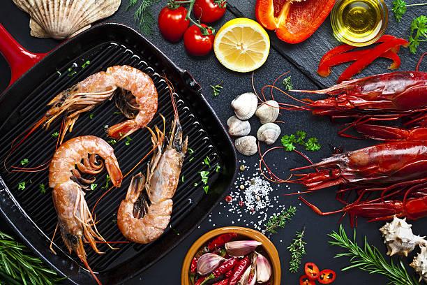 Cooking shrimps in a grill:スマホ壁紙(壁紙.com)