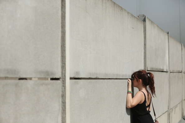 East「Berlin Commemorates Wall Construction 53rd Anniversary」:写真・画像(8)[壁紙.com]