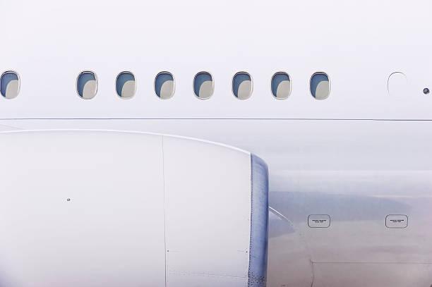 Engine and windows on airplane:スマホ壁紙(壁紙.com)