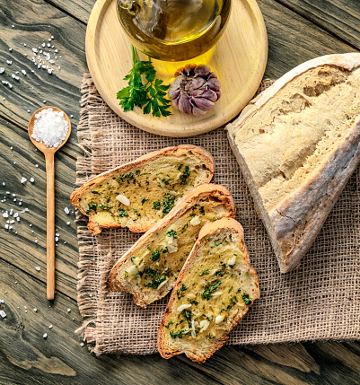 Toasted Food「Snack or appetizer of garlic basil and olive oil bruschetta」:スマホ壁紙(17)