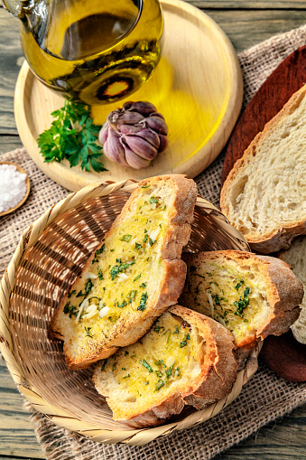 Toasted Food「Snack or appetizer of garlic basil and olive oil bruschettas in basket.」:スマホ壁紙(14)