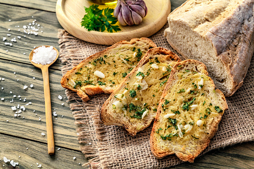 Toasted Food「Snack or appetizer of garlic basil and olive oil bruschettas」:スマホ壁紙(1)