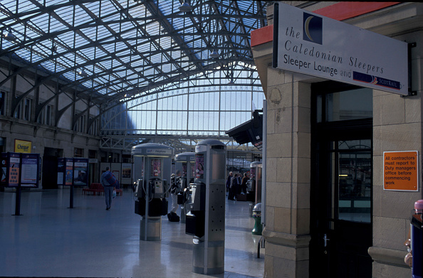 Finance and Economy「Concourse of Aberdeen station with telephone kiosks. C 2002」:写真・画像(15)[壁紙.com]