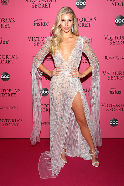 Vネック「2018 Victoria's Secret Fashion Show in New York - After Party Arrivals」:写真・画像(7)[壁紙.com]