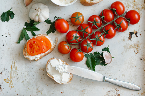 Cherry Tomato「Tomatoes on vine near cream cheese and bread」:スマホ壁紙(9)