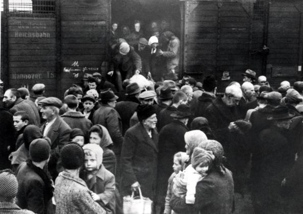Railroad Station「Hungarian Jews」:写真・画像(11)[壁紙.com]