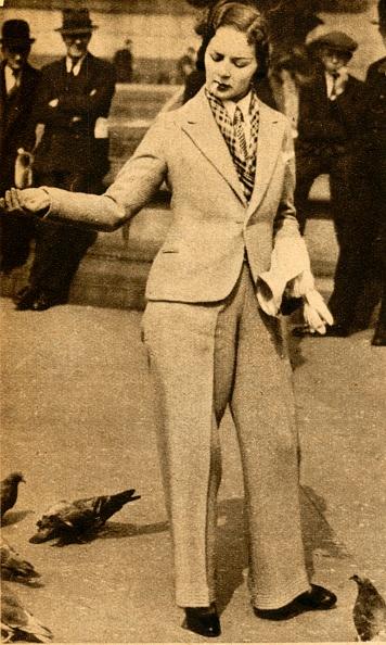 Pant Suit「A Betrousered Lady Feeding Pigeons In Trafalgar Square」:写真・画像(4)[壁紙.com]