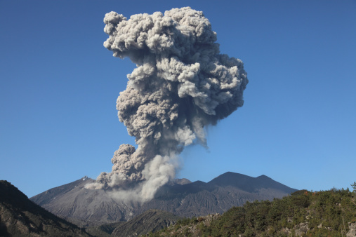 Active Volcano「January 4, 2010 - Ash cloud following explosive Vulcanian eruption, Sakurajima Volcano, Japan.」:スマホ壁紙(18)
