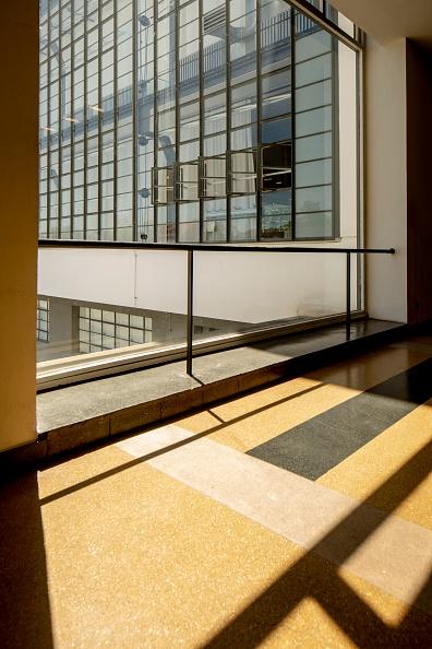 Transparent「The Bauhaus Building」:写真・画像(4)[壁紙.com]