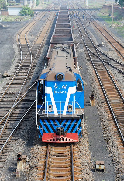 Hebei Province「Dong Feng 5 class locomotive shunting coal wagons at the port of Qinhuangdao, Hebei province, China」:写真・画像(15)[壁紙.com]