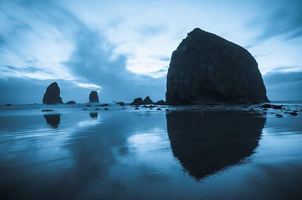 Greyish blue colors of dusk behind Haystack Rock:スマホ壁紙(壁紙.com)