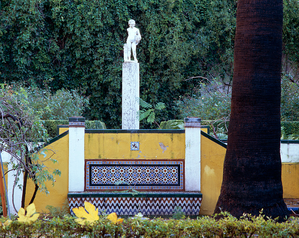 Male Likeness「Statue in garden with trees in background」:写真・画像(6)[壁紙.com]