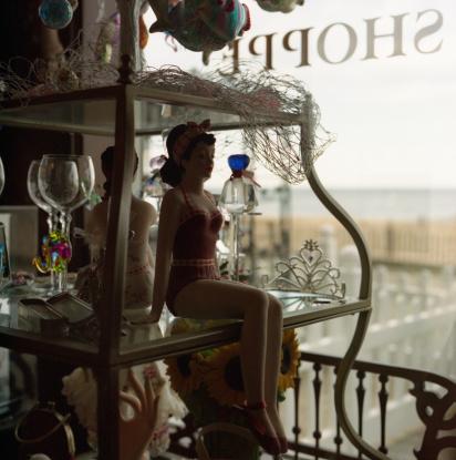 Gift Shop「Statue in gift shop window」:スマホ壁紙(4)