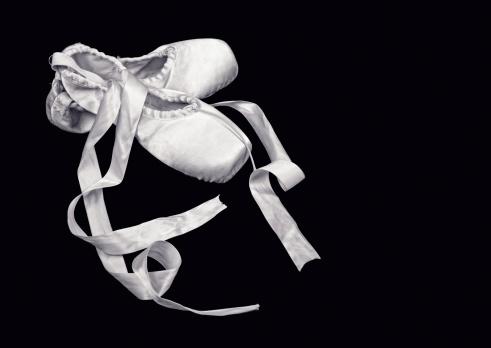 Lace - Fastener「Ballet shoes on black background」:スマホ壁紙(1)