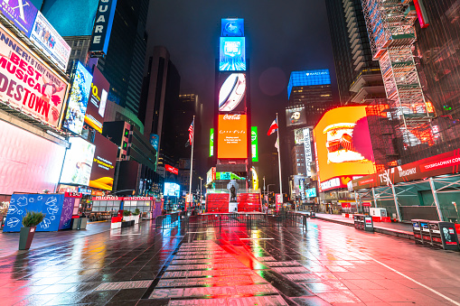 Avenue「COVID-19 Effect to New Yorker's Nightlife in Times Square. People and traffic disappeared from Times Square for impact of COVID-19 in the rainy night to dawn New York City NY USA on Mar. 29 2020.」:スマホ壁紙(3)