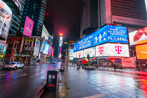 New York City「COVID-19 Effect to New Yorker's Nightlife in Times Square. People and traffic disappeared from Times Square for impact of COVID-19 in the rainy night to dawn New York City NY USA on Mar. 29 2020.」:スマホ壁紙(1)