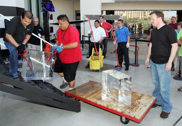 Ice Sculpture「Las Vegas Magician Nathan Burton Encases Himself In Ice」:写真・画像(13)[壁紙.com]