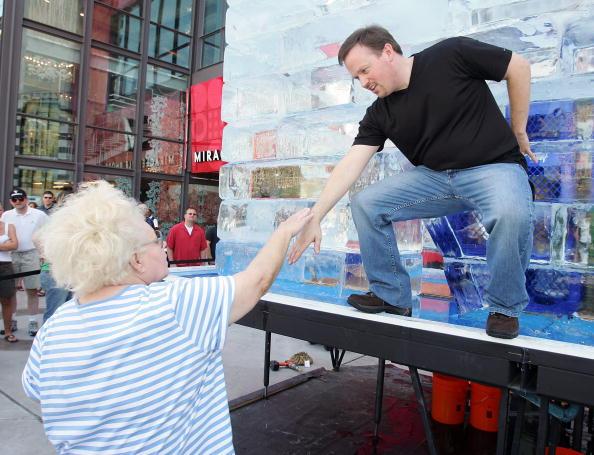 Ice Sculpture「Las Vegas Magician Nathan Burton Encases Himself In Ice」:写真・画像(15)[壁紙.com]