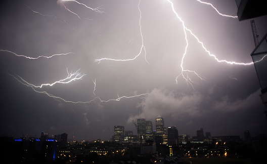 Extreme Weather「UK, London, Thunder and lightening above Canary Wharf」:スマホ壁紙(18)
