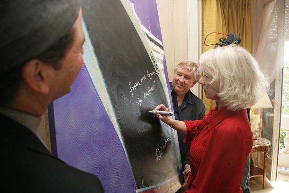 60th International Cannes Film Festival「Cannes - Helen Mirren Signs Artwork To Benefit The Prince's Trust」:写真・画像(3)[壁紙.com]