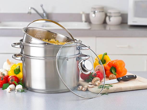 Stainless pasta pot on kitchen counter with fresh vegetables:スマホ壁紙(壁紙.com)