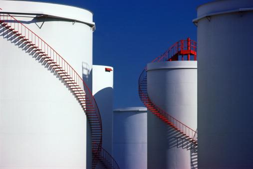 Oil Industry「Winding staircases on oil storage tanks」:スマホ壁紙(0)