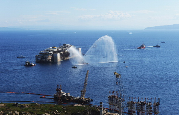 Bad Condition「Costa Concordia Departs The Island Of Giglio To Be Scrapped In Genoa」:写真・画像(17)[壁紙.com]