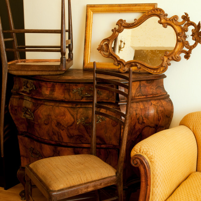 Roman「Old Furniture in Antique Shop」:スマホ壁紙(11)