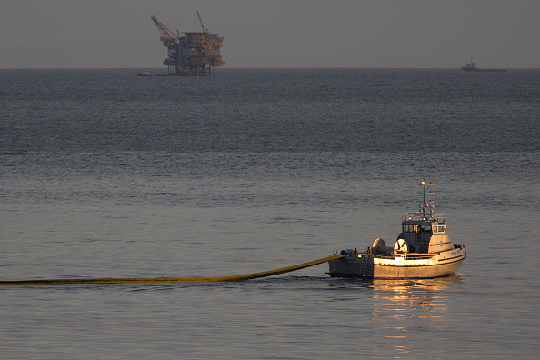 Industry「Ruptured Pipeline Spills Oil Along Santa Barbara Coast」:写真・画像(18)[壁紙.com]