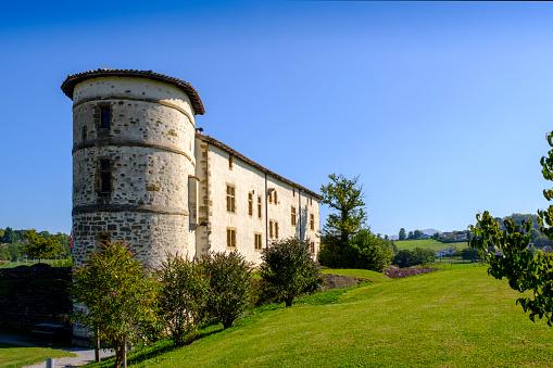 Nouvelle-Aquitaine「France, Pyrenees-Atlantiques, Espelette, Clear blue sky over old town hall」:スマホ壁紙(8)