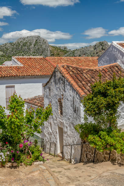 A white stucco house with sagging terracotta roof in Montejaque, Andalusia, Spain.:スマホ壁紙(壁紙.com)