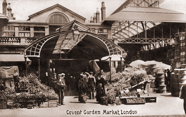 Covent Garden「London -  Covent Garden flower market.  Porters and flower sellers standing around boxes of flowers. In early 1900s」:写真・画像(1)[壁紙.com]
