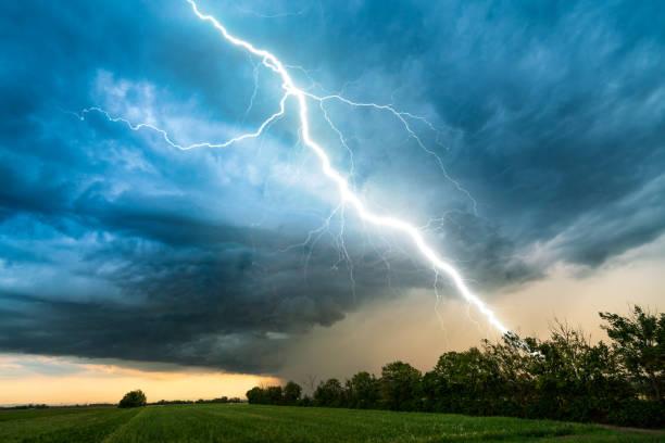 cloud storm sky with thunderbolt over rural landscape:スマホ壁紙(壁紙.com)