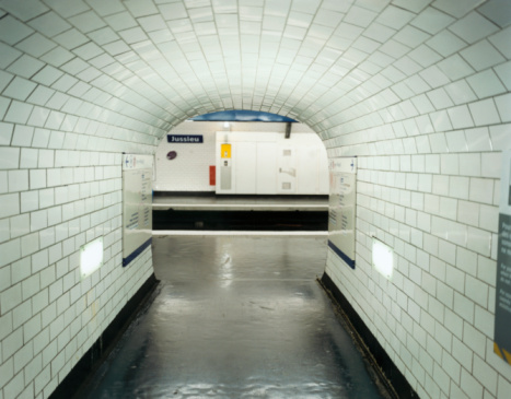 Subway「Tunnel in Paris Metro Station」:スマホ壁紙(17)