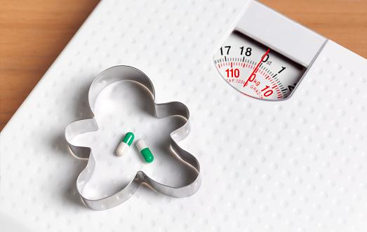 Cookie Cutter「Diet pills on bathroom scales」:スマホ壁紙(17)