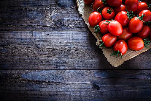 Plank - Timber「Fresh ripe tomatoes on crumpled brown paper still life」:スマホ壁紙(19)