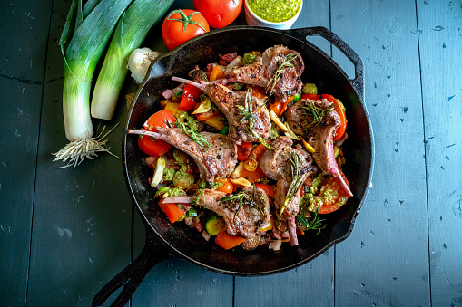 Ketogenic Diet「Cast Iron Skillet Filled with Gourmet Lamb Chops and a Vegetable Medley of Brussels Sprouts, Bell Pepper, Garlic, Leeks Tomato, Garlic and Pesto」:スマホ壁紙(15)