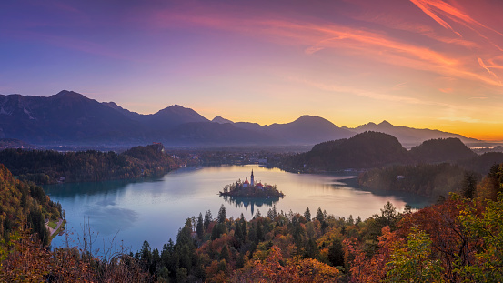 Castle「Lake Bled and the island with the church at autumn color at sunrise」:スマホ壁紙(19)