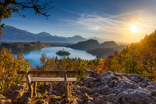 Bench「Lake Bled and the island with the church at autumn color at sunrise」:スマホ壁紙(18)